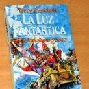 Libros de segunda mano: LA LUZ FANTÁSTICA - CICLO DEL MUNDO DISCO - DE TERRY PRATCHETT - EDITORIAL MARTÍNEZ ROCA - AÑO 1991. Lote 167726712