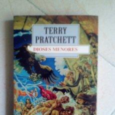 Libros de segunda mano: DIOSES MENORES. TERRY PRATCHETT. Lote 229159097