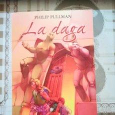 Libros de segunda mano: LA MATERIA OSCURA. LA DAGA - PHILIP PULLMAN. Lote 171133560