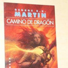Libros de segunda mano: CAMINO DE DRAGON - GEORGE R. R. MARTIN - JUEGO DE TRONOS - GIGAMESH - 2004. Lote 171235319