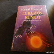 Libros de segunda mano: PESA MAS DE 500 MICHAEL MOORCOCK EL BASTON RUNICO. Lote 178905541