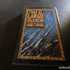 Libros de segunda mano: PESA MAS DE 500 GRAMO LIBRO TRAS EL LARGO SILENCIO SHERI S. TEPPER. Lote 178905737