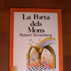 Libros de segunda mano: SILVERBERG, ROBERT. LA PORTA DELS MONS (EL NUS ; 55). Lote 179180661