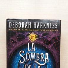 Libros de segunda mano: LA SOMBRA DE LA NOCHE. DEBORAH HARKNESS. SUMA DE LETRAS, PRIMERA EDICIÓN, 2013.. Lote 191339091