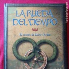Libros de segunda mano: LA RUEDA DEL TIEMPO - EL MUNDO DE ROBERT JORDAN.. Lote 194895747