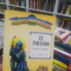 Libros de segunda mano: EL INICIADO - LIBRO PRIMERO - EL SEÑOR DEL TIEMPO - FANTASIA LOUISE COOPER . Lote 195465860