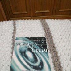 Libros de segunda mano: UN ABISMO EN EL CIELO - VERNOR VINGE. NOVA. DIFÍCIL. Lote 197338683