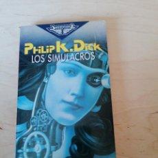 Libros de segunda mano: PHILIP K. DICK. LOS SIMULACROS. Lote 204500373