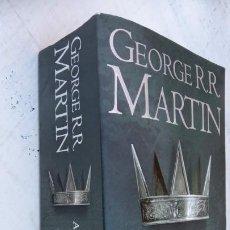 Libros de segunda mano: A CLASH OF KINGS - GAME OF THRONES - GEORGE R. R. MARTIN - 2011 - 913 PGS. Lote 209059033