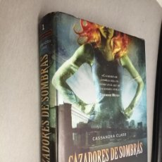 Libros de segunda mano: CAZADORES DE SOMBRAS 1: CIUDAD DE HUESO / CASSANDRA CLARE / DESTINO 2009. Lote 210280618