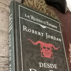 Libros de segunda mano: DESDE DOS RÍOS - ROBERT JORDAN (TOMO I SAGA LA RUEDA DEL TIEMPO) TIMUN MAS TAPA DURA 1ª ED. 2004. Lote 212791186