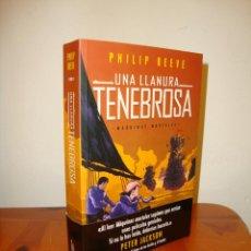 Libros de segunda mano: UNA LLANURA TENEBROSA. MÁQUINAS MORTALES - PHILIP REEVE - ALFAGUARA, MUY BUEN ESTADO. Lote 219105632