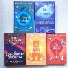 Libros de segunda mano: LA MATERIA OSCURA, 1, 2 Y 3, DE PHILIP PULLMAN. MÁS EL LIBRO DE LA OSCURIDAD 1 Y 2. ROCA EDITORIAL. Lote 224058308
