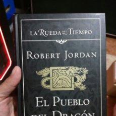 Libros de segunda mano: EL PUEBLO DEL DRAGÓN LA RUEDA DEL TIEMPO ROBERT JORDAN TIMUN MAS PRIMERA EDICIÓN. Lote 247455815