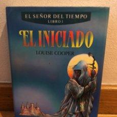 Libros de segunda mano: EL INICIADO LOUISE COOPER EL SEÑOR DEL TIEMPO LIBRO 1. Lote 262575060