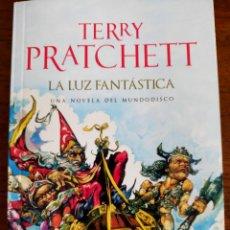 Livres d'occasion: TERRY PRATCHETT. LA LUZ FANTÁSTICA.. Lote 269730618