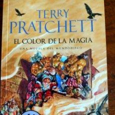 Livres d'occasion: TERRY PRATCHETT. EL COLOR DE LA MAGIA.. Lote 269736278