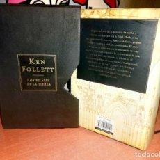 Libros de segunda mano: LOS PILARES DE LA TIERRA, KEN FOLLETT, 2ª EDICION - EDICION LUJO CON CAJA. Lote 272058978