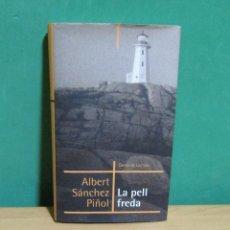 Libros de segunda mano: ALBERT SANCHEZ PIÑOL LA PELL FREDA, EN CATALA, CERCLE DE LECTORS ANY 2003 TAPA DURA AMB SOBRECUBERTA. Lote 277848773