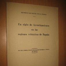 Libros de segunda mano: UN SIGLO DE INVESTIGACIONES EN LAS REGIONES VOLCÁNICAS DE ESPAÑA - MAXIMINO SAN MIGUEL DE LA CÁMARA. Lote 31423035