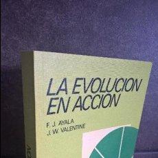 Libros de segunda mano: LA EVOLUCIÓN EN ACCIÓN. FRANCISCO J. AYALA Y J. W. VALENTINE. EDITORIAL ALHAMBRA. MUY NUEVO. Lote 116168515