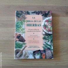 Libros de segunda mano: LA BIBLIA DE LAS HIERBAS. PETER MCHOY, PAMELA WESTLAND.. Lote 155353270