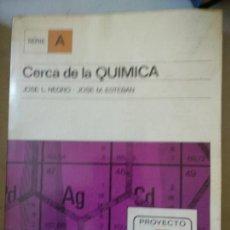 Libros de segunda mano de Ciencias: CERCA DE LA QUÍMICA - JOSÉ L. NEGRO / JOSÉ M. ESTEBAN - ED. ALHAMBRA . Lote 165263030