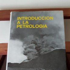 Libros de segunda mano: INTRODUCCION A LA PETROLOGIA. BRIAN BAYLI. PARANINFO 1972. TAPA DURA CON SOBRECUBIERTA. 437 PAGINA. Lote 166126618