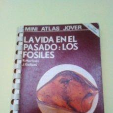 Libros de segunda mano: LA VIDA EN EL PASADO: LOS FÓSILES. (MINI ATLAS JOVER). Lote 176052552