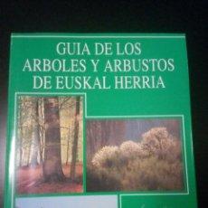 Libros de segunda mano: GUÍA DE LOS ÁRBOLES Y ARBUSTOS DE EUSKAL HERRIA.. Lote 187521952