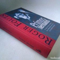 Libros de segunda mano: ROGER FOUTS. PRIMOS HERMANOS. LO QUE ME HAN ENSEÑADO LOS CHIMPANCÉS ACERCA DE LA CONDICIÓN HUMANA.. Lote 197949693