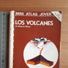 Libros de segunda mano: LOS VOLCANES. A. ALVAREZ PÉREZ. MINI ATLAS JOVER NÚM 7. Lote 202753910