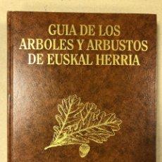 Libros de segunda mano: GUÍA DE LOS ÁRBOLES Y ARBUSTOS DE EUSKAL HERRIA. VV.AA. EDITA GOBIERNO VASCO EN 1990.. Lote 204527011