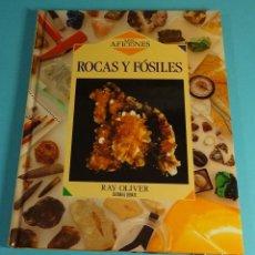 Libros de segunda mano: ROCAS Y FÓSILES. RAY OLIVER. EDITORIAL DEBATE. MADRID. 1993. Lote 217047186