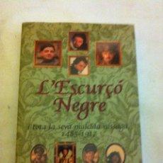 Libros de segunda mano: L´ ESCURÇO NEGRE - AÑO 2002 - SÉRIE DE TV.- 417 PÁGINAS- NUEVO. Lote 127971131
