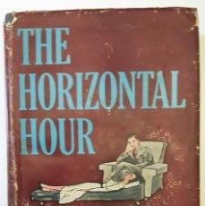Libros de segunda mano: LIBRO THE HORIZONTAL HOUR (1957) ROBERT W. MARKS. CON PEGATINA DE MCA.. Lote 151986338