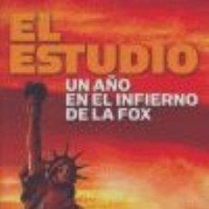 Libros de segunda mano: EL ESTUDIO UN AÑO EN EL INFIERNO DE LA FOX LIBRO DE CINE. Lote 178557086