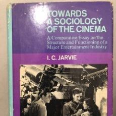 Libros de segunda mano: LIBRO DE CINE EN INGLÉS TOWARDS A SOCIOLOGY OF THE CINEMA. A COMPARATIVE ESSAY. I. C. JARVIE, 1970. Lote 236428215