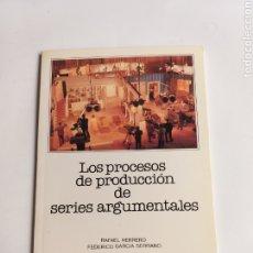 Libros de segunda mano: LOS PROCESOS DE PRODUCCIÓN DE SERIES ARGUMENTALES. RAFAEL HERRERO. Lote 269383543