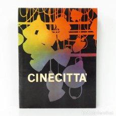 Livres d'occasion: CINECITTÀ. [TEXTO EN INGLÉS]. ROMA, 1962. CON FOTOGRAFÍAS DE LAS INSTALACIONES, ESCENARIOS.... Lote 275490928