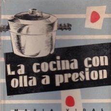 Libros de segunda mano: VIDAL, M: LA COCINA CON OLLA A PRESION. ILUSTR. DE S'WELL. 1956. Lote 43683694