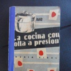 Libros de segunda mano: LA COCINA CON OLLA A PRESION. MARIA VIDAL. EDICIONES GINER, MADRID 1956. ILUSTRACIONES DE S'WELL. TA. Lote 46975585