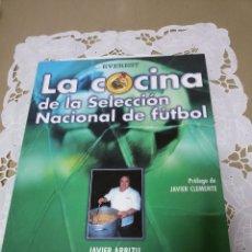 Libros de segunda mano: LA COCINA DE LA SELECCIÓN NACIONAL DE FUTBOL-JAVIER ARBIZU Y PRÓLOGO DE CLEMENTE. Lote 55794220