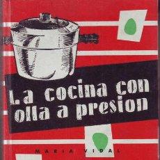 Libros de segunda mano: VIDAL, M: LA COCINA CON OLLA A PRESION. ILUSTR. DE S'WELL. 1967. Lote 43683721