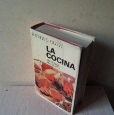 Libros de segunda mano: RAYMOND OLIVER - LA COCINA, SU TECNICA, SUS SECRETOS - EDICIONES OMEGA 1968. Lote 111350319