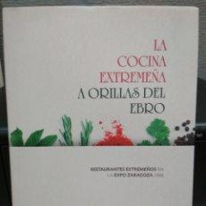 Libros de segunda mano: LA COCINA EXTREMEÑA A ORILLAS DEL EBRO. RESTAURANTES EXTREMEÑOS EN LA EXPO ZARAGOZA 2008.. Lote 113158088
