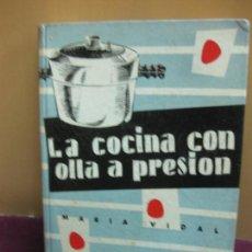 Libros de segunda mano: LA COCINA CON OLLA A PRESION. MARIA VIDAL. EDICIONES GINER 1957. Lote 114905795