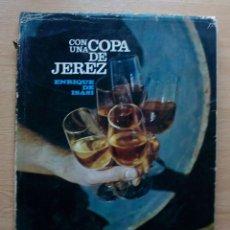 Libros de segunda mano: CON UNA COPA DE JEREZ. ENRIQUE DE ISASI. EDICION BILINGUE ESPAÑOL INGLES. Lote 117962151