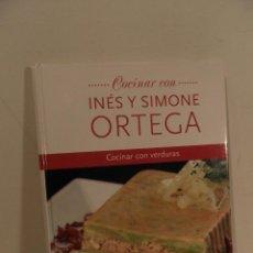 Libros de segunda mano: COCINAR CON INÉS Y SIMONE ORTEGA COCINAR CON VERDURAS. Lote 118675767