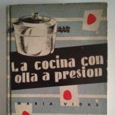 Libros de segunda mano: LA COCINA CON OLLA A PRESIÓN. MARIA VIDAL. EDICIONES GINER 1957 - 396 PÁGINAS LIBROS DE COCINA. Lote 122173303
